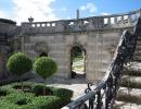 Zahrady a středozemní architektura u vily Vizcaya v Miami na Floridě.