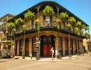 Rohová budova ve francouzské čtvrti New Orleans
